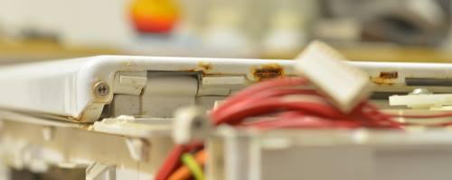Uchytenie plechu na práčke Whirlpool